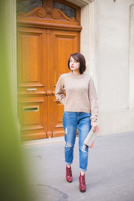 Blog mode lifestyle - french fashion blog. Mom Jean déchiré, pull en mohair, boots rouges à lacets et plateforme Look 52 Shooting dans les rues de Paris