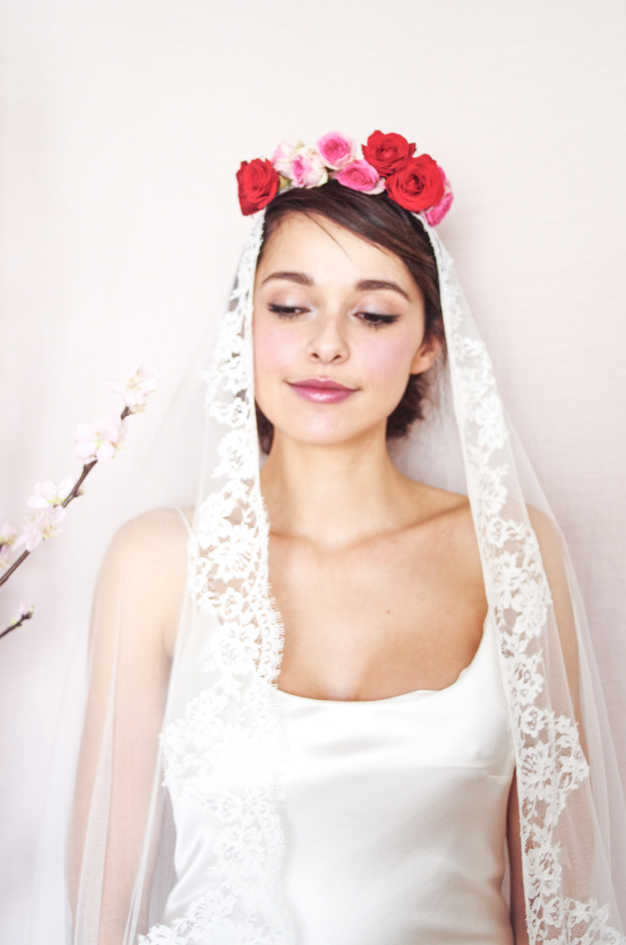 Shooting mariage blogueuse mode - french fashion blog weeding photography - Maquillage mariage nude rosé - Nude make up - flowers crown