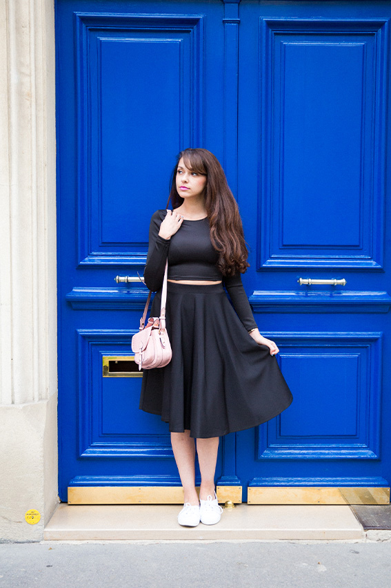 Blog mode français Dollyjessy - French fashion blog - Look jupe midi noire, crop top, haut court, sac à main rose, rouge à lèvre rose flashy Maybelline, tennis blanches H&M - rue de paris porte bleue