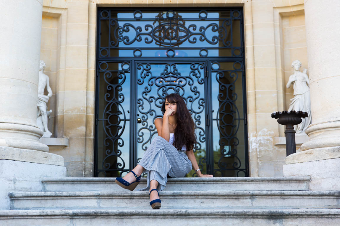 Shooting mode Tiara Château-Hôtel Mont Royal Chantilly : tenue style marin pantalon ample et ceinture corde, pochette citron, débardeur blanca - blog mode lifestyle - french fashion blog shooting Chantilly next to Paris