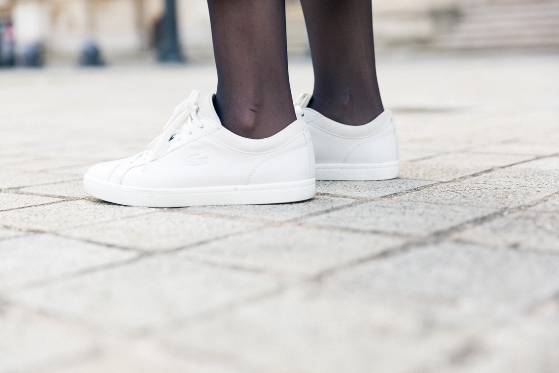 1P10S blogueuses mode - Sneakers Straightset Lacoste - Basket blanches plates type Stan Smith équivalent - Look jupe crayon - Shooting Pyramides