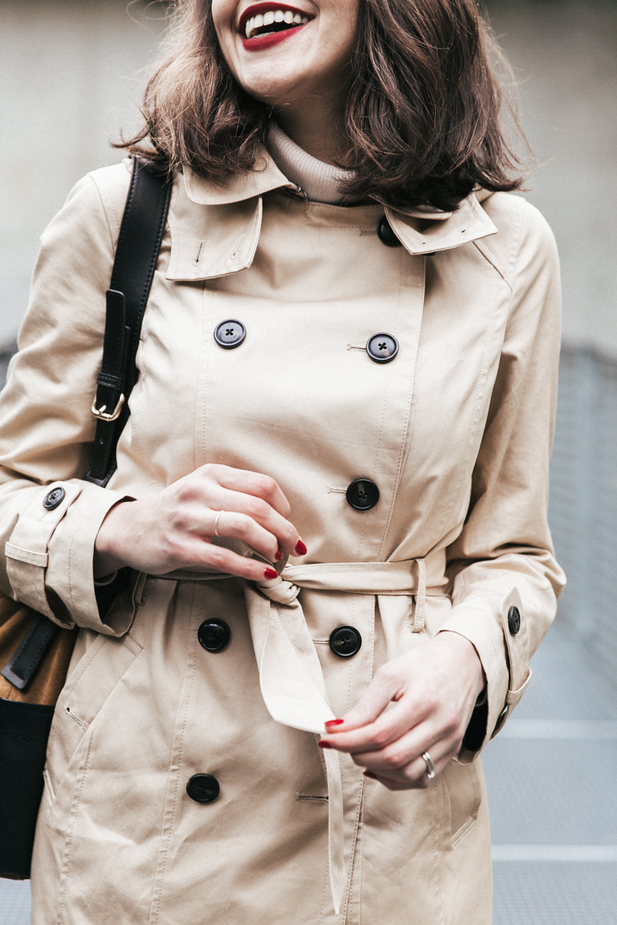 Look 1.2.3 Paris Soldes hiver 2017 - Comment porter le trench beige classique ? - l'alternative au trench burberry - blog mode paris blogueuse parisienne dollyjessy shooting qualité photo