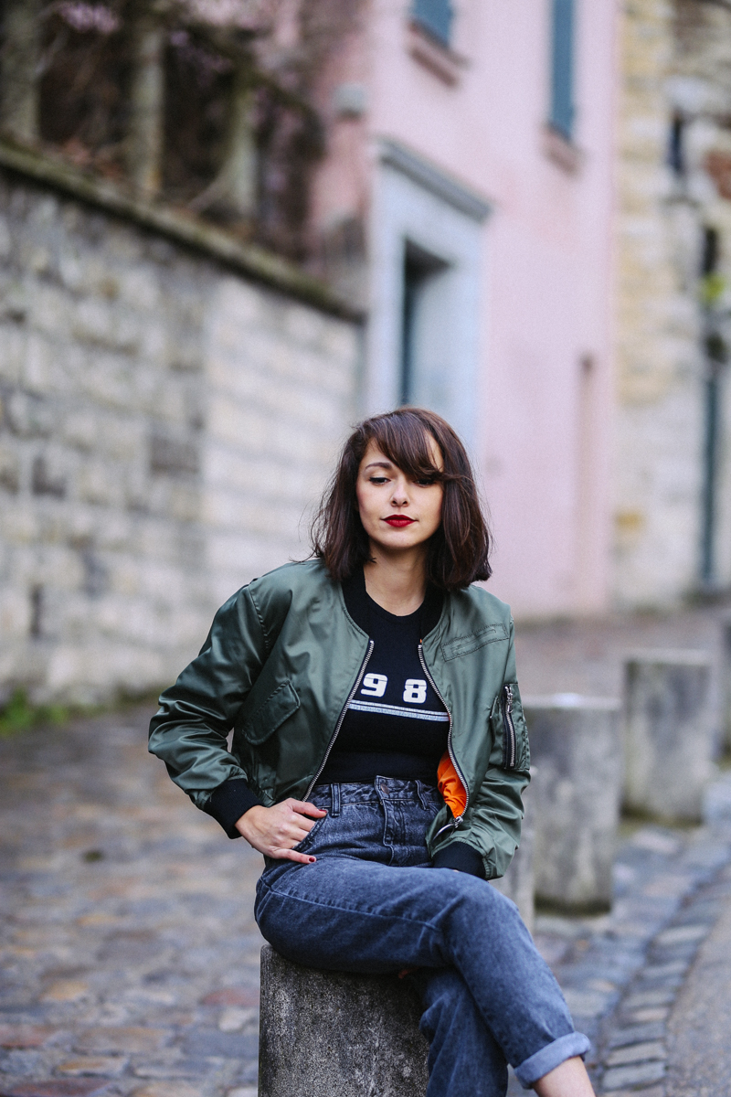 Blogueuse mode look street sport shooting Montmartre La maison rose - sneakers mini bomber streetstyle mom jean gris délavé retroussé nike air max blanches porter un body avec un jean boyfriends - blog mode paris