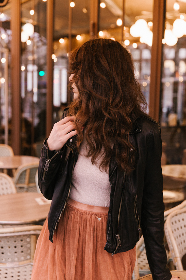 Look parisien blogueuse parisienne tenu terrasse de café paris traditionnelle tenue blog mode blogueuse jolie brune cheveux longs Dollyjessy blog lifestyle