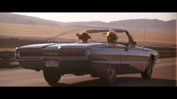Sur la route, en décapotable, les cheveux dans le vent.