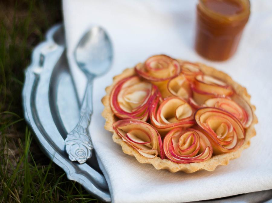 Tarte aux pommes ou tartelettes façon bouquets de roses, au caramel au beurre salé, recette Dollyjessy