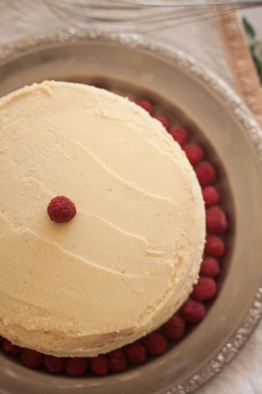 Recette d'un framboisier façon layer cake, chantilly au mascarpone, ganache montée au chocolat blanc et brisures de meringue