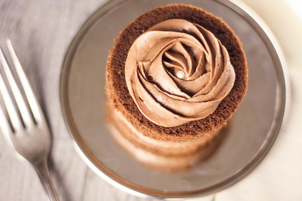 Recette fondants au chocolat avec ganache montée au chocolat au lait, façon mini layer cakes. Topping en forme de rose sur le dessus réalisée.