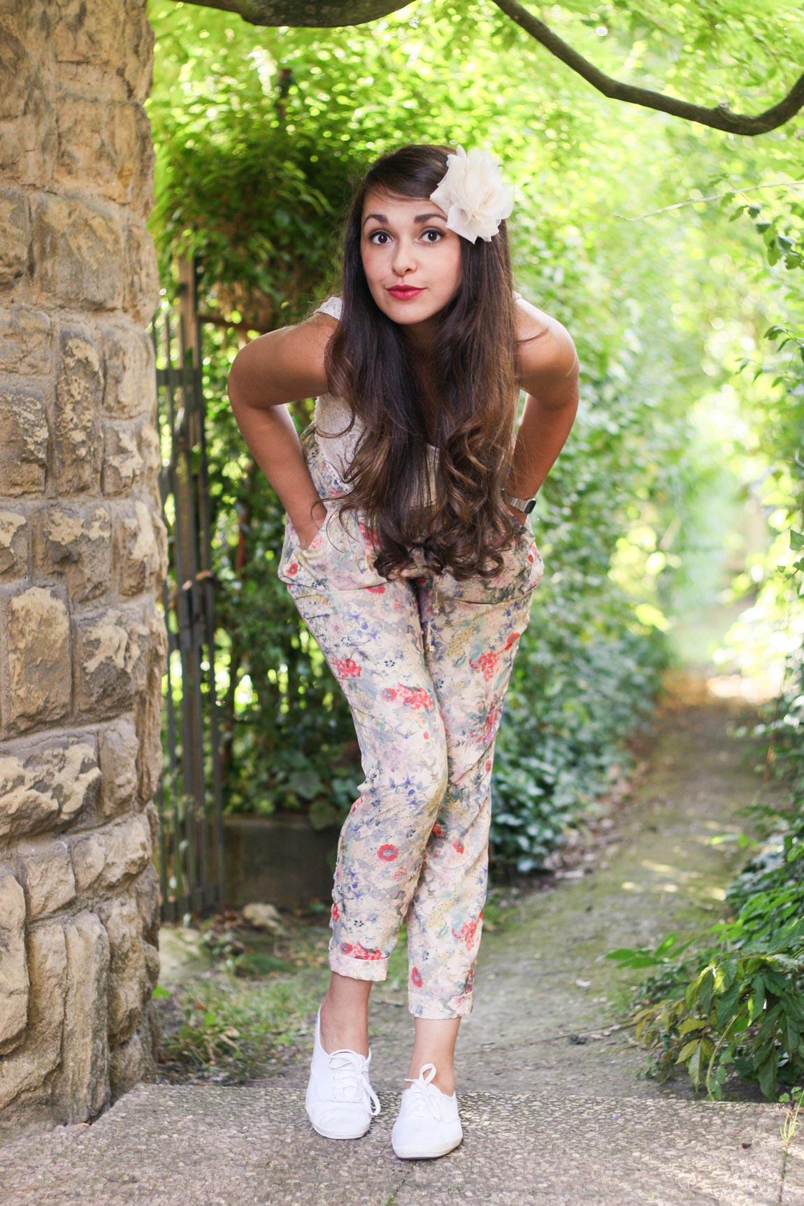 Look #7 de dollyjessy: pantalon imprimé fleuri et haut crop en dentelle, tennis blanches Keds, montre casio, rouge à lèvre prune, pochette bocage