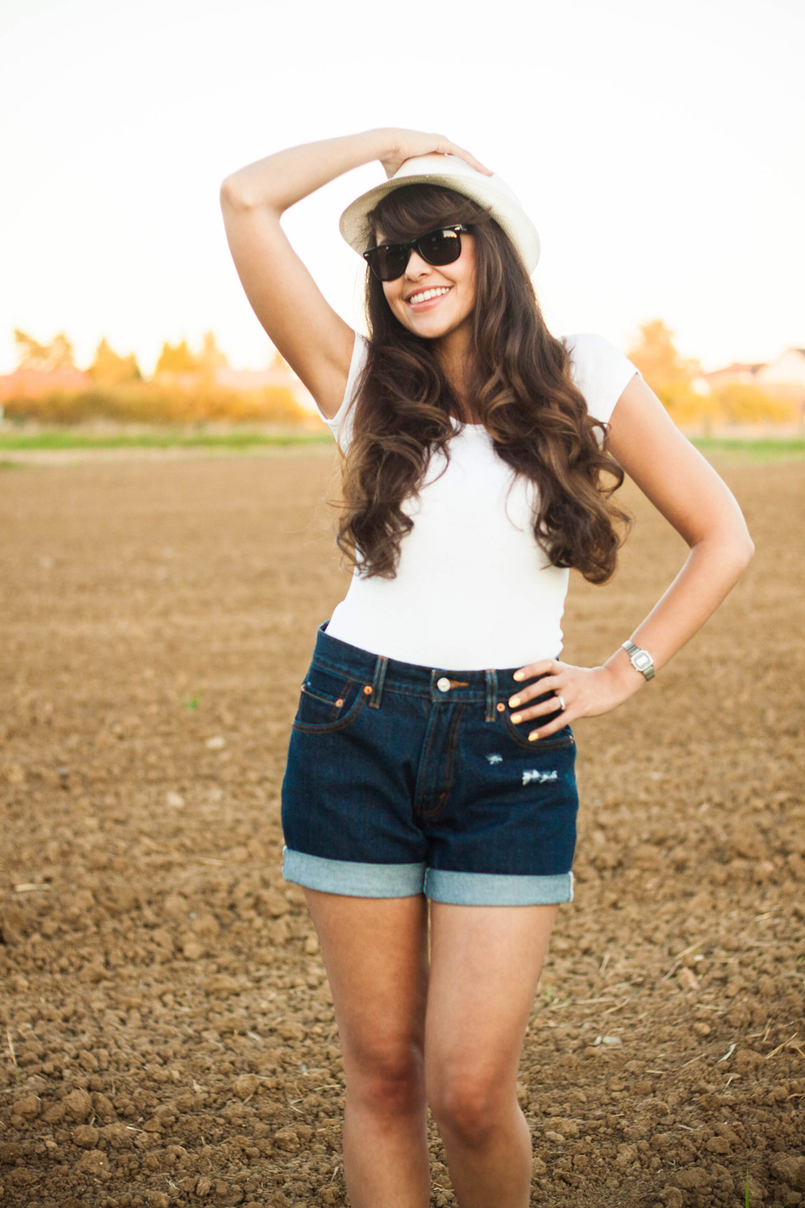 Look intemporel t-shirt blanc et short vintage en jean, par Dollyjessy