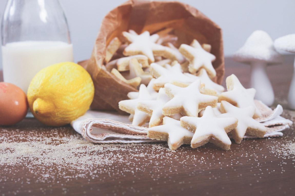 Recette des étoiles aux amandes, avec zestes de citron et glaçage royal.  Biscuits et