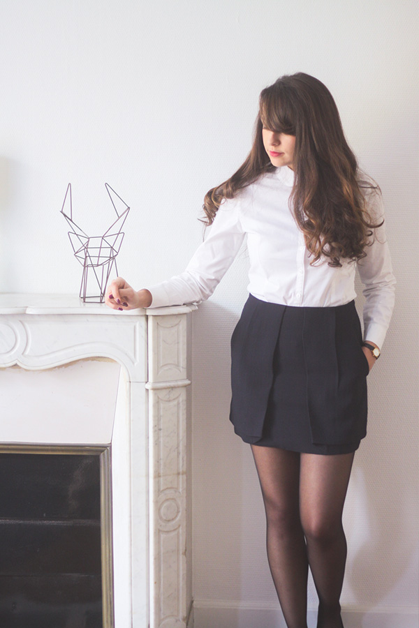 Look minimaliste, chemise blanche col claudine, jupe bleue marine, ballerines noires - blog mode lifestyle Dollyjessy