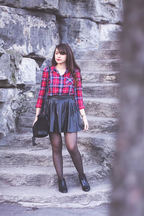 Look #24 blog Dollyjessy: jupe patineuse en (faux) cuir, chemise à carreaux rouge façon bucheron, boots noires cloutées Monoprix, Sac bourse en cuir noir Asos, montre casio dorée - Blog mode Lifestyle