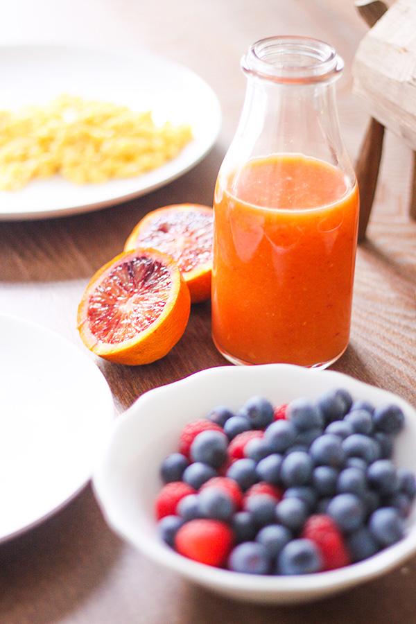 brunch: oranges pressées, myrtilles framboises, oranges maltaises