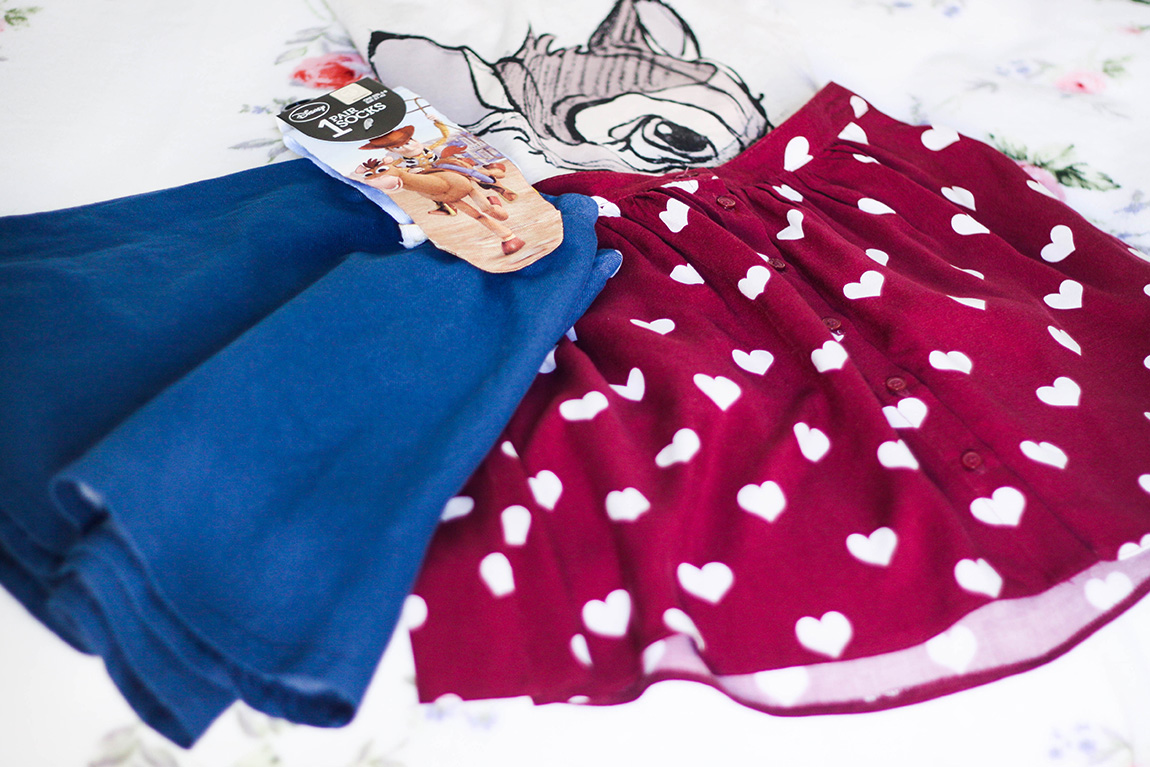 Shopping Primark: jupe rouge à petit coeurs, jupe en jean, t-shirt Bambi et chaussettes Toy Story - Blog Mode