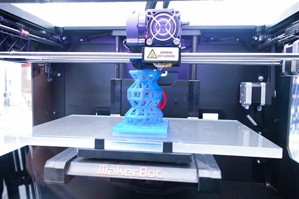 Centre commercial connecté Qwartz Villeneuve région parisienne : imprimantes 3D en libre service