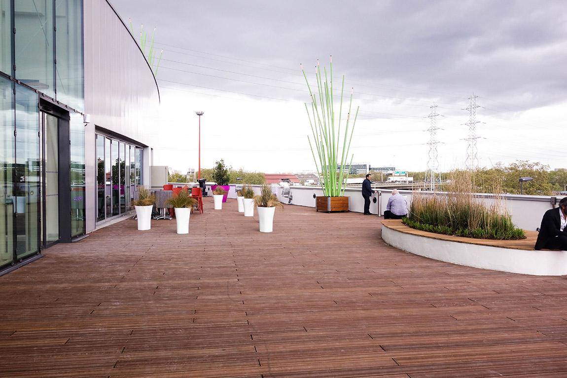 Centre commercial connecté Qwartz Villeneuve région parisienne : grande terrasse tek