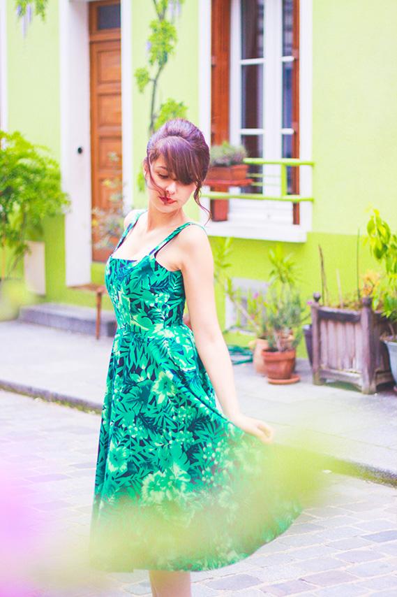 Look retro, robe Zara jungle façon pin-up, perfecto en cuir. Shooting dans la rue crémieux à Paris. Blog Mode Dollyjessy / Fashionblog.