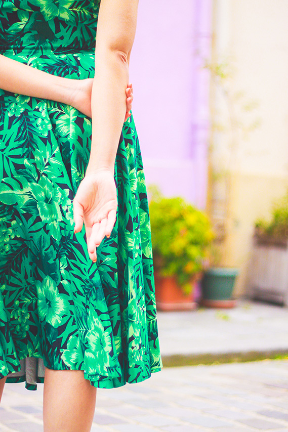 Look retro, robe Zara jungle façon pin-up, perfecto en cuir. Shooting dans la rue crémieux à Paris. Blog Mode Dollyjessy / Fashionblog