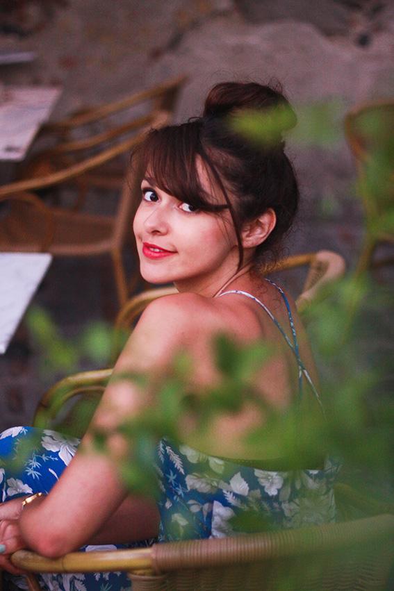 Bar Vitelli, Savoca en Sicile, bar où une scène du Parrain a été tournée: combinaison fleurie tropicale bleue et blanche, chaussures compensées et pochette Newlook en forme de citron - Blog mode lifestyle Dollyjessy