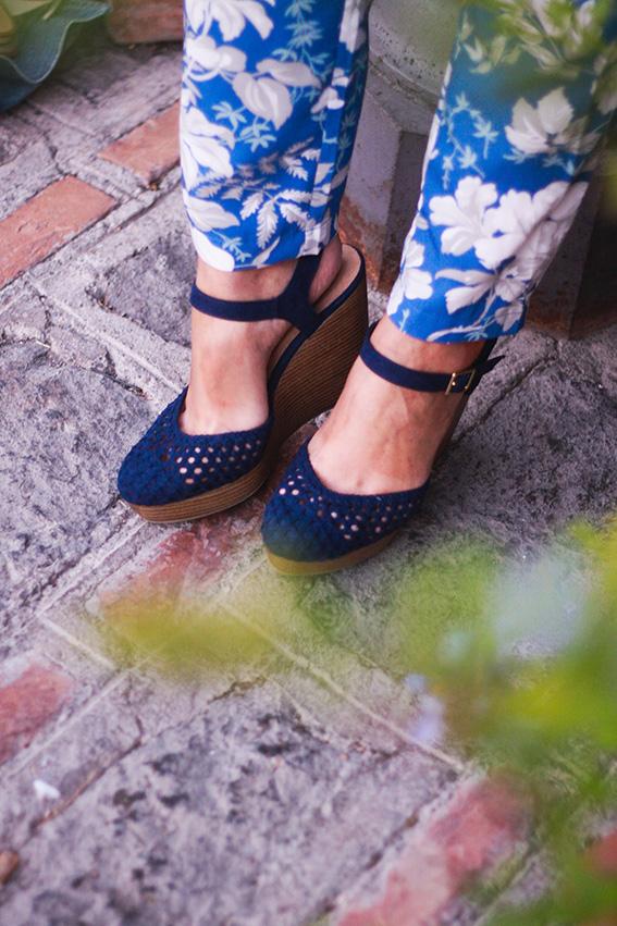 Chaussures compensées Newlook et combinaison fleurie bleue et blanche Asos