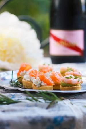 Recette bouchées apéritives, fromage frais, saumon et aneth. Avocat façon guacamole et crevettes roses. Pâte brisée maison