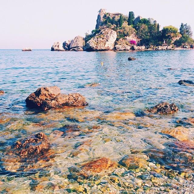 Taormina plages Sicile avec une eau transparente et des rochers / Taormina beach Sicily with clear water and rocks