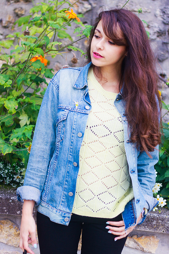 Dollyjessy blog mode français. Veste en jean levi's homme portée façon boyfriend, pull jaune en maille Primark, ballerines jaunes, sac pochette en forme de citron. Pins Disney la fée clochette