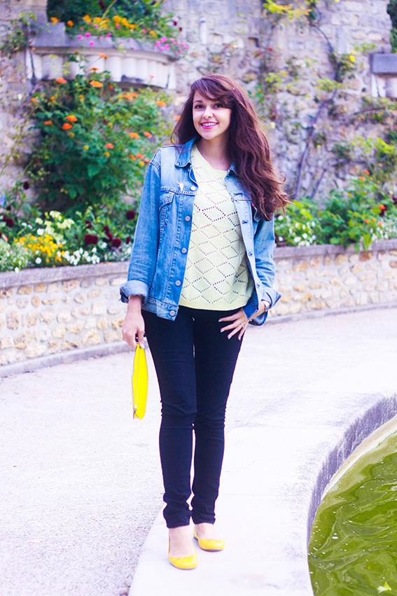 Dollyjessy blog mode français. Jean slim noir, Veste en jean levi's homme portée façon boyfriend, pull jaune en maille Primark, ballerines jaunes, sac pochette en forme de citron. Pins Disney la fée clochette