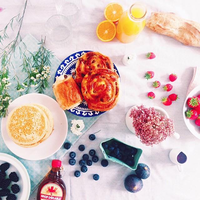 Joli brunch: pancakes, fruits rouges, sirop d'érable, pains aux raison, pain au chocolat, fraises - blog mode cuisine lifestyle dollyjessy