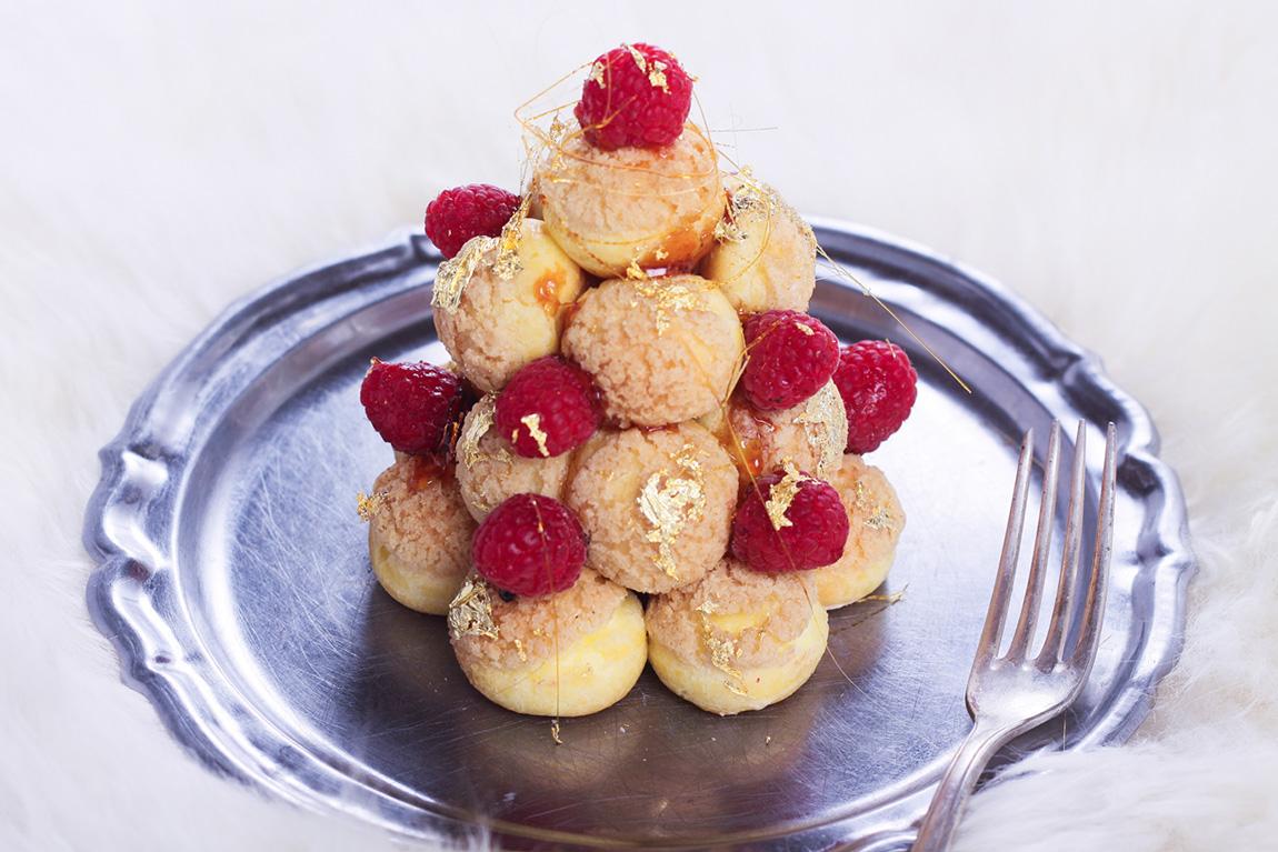 Pièce montée choux crème chantilly vanille, feuille d'or, filets de caramel et framboises. Recette de fêtes, recette de fêtes - blog cuisine, french food blog