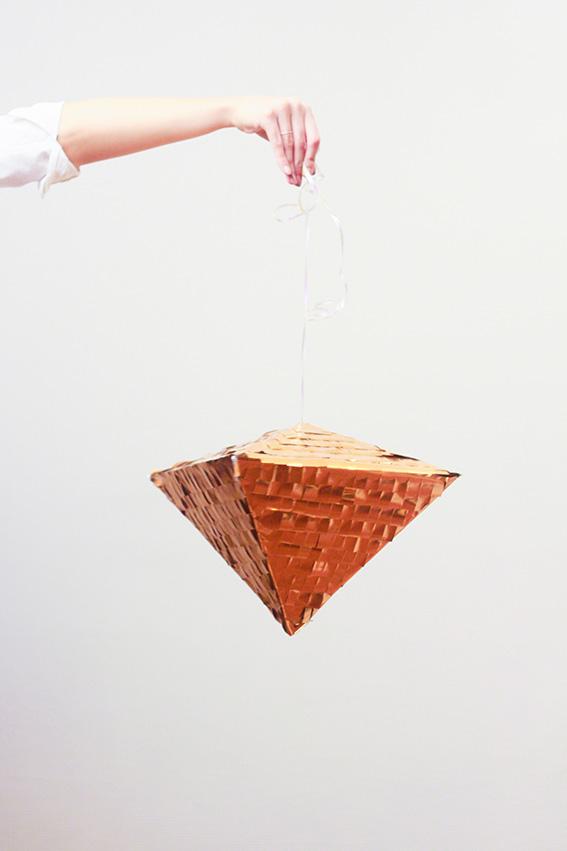 DIY, fabriquer une pinata géométrique métalisée ou pinata diamant avec confettis. DIY Facile pour les fêtes, remplacer la boule à facette DIY noël Blog lifestyle dollyjessy