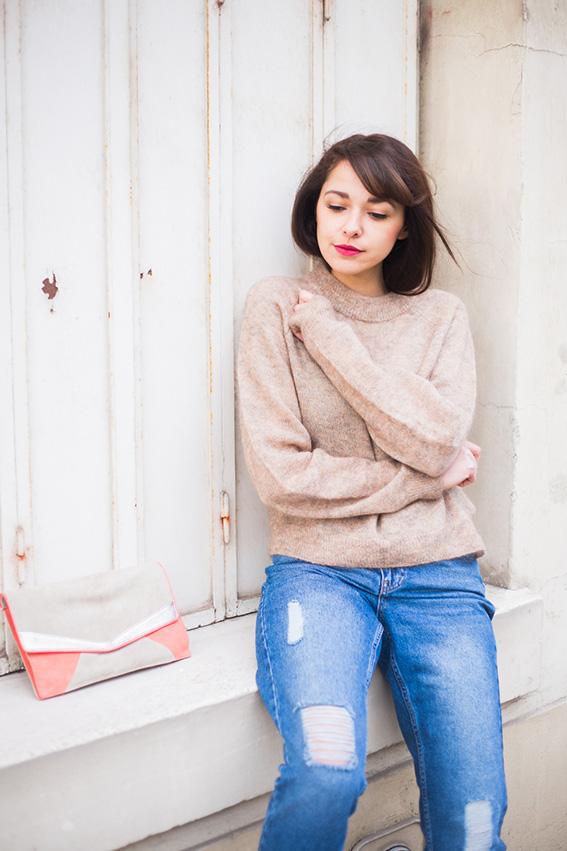 Blog mode lifestyle - french fashion blog. Mom Jean déchiré, pull en mohair, boots rouges à lacets et plateforme Look 52 Shooting dans les rues de Paris