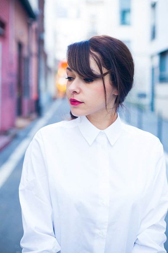 French fashion blogger lifestyle - classic chic style Blog mode lifestyle dollyjessy, chemise boyfriend Asos minimaliste, skinny Primark, pochette noire en daim Asos, chignon chic, escarpins noirs.