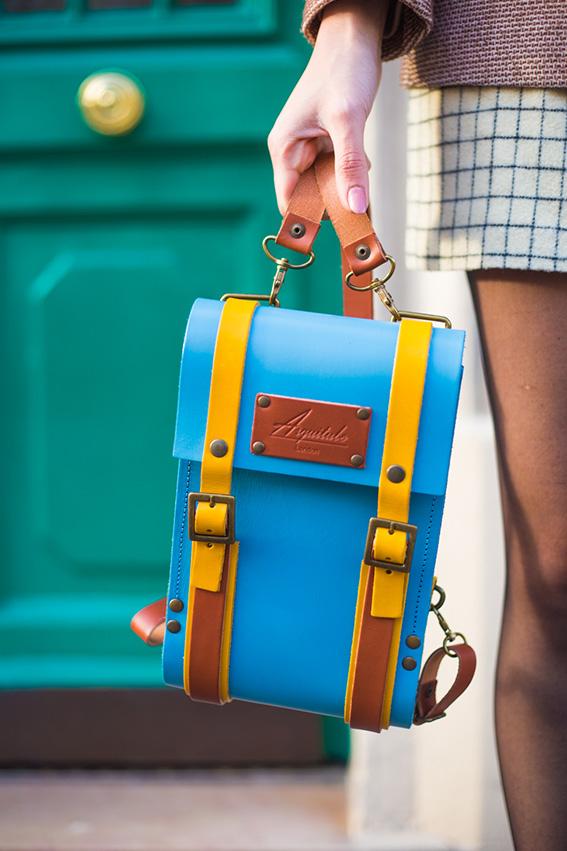 Blog mode lifestyle, tenue, vêtements, look sac cartable bleu ciel, veste en tweed,  Style Londres british, jupe en laine Madewell, derbies Zara, top Sheinside - french fashion blog