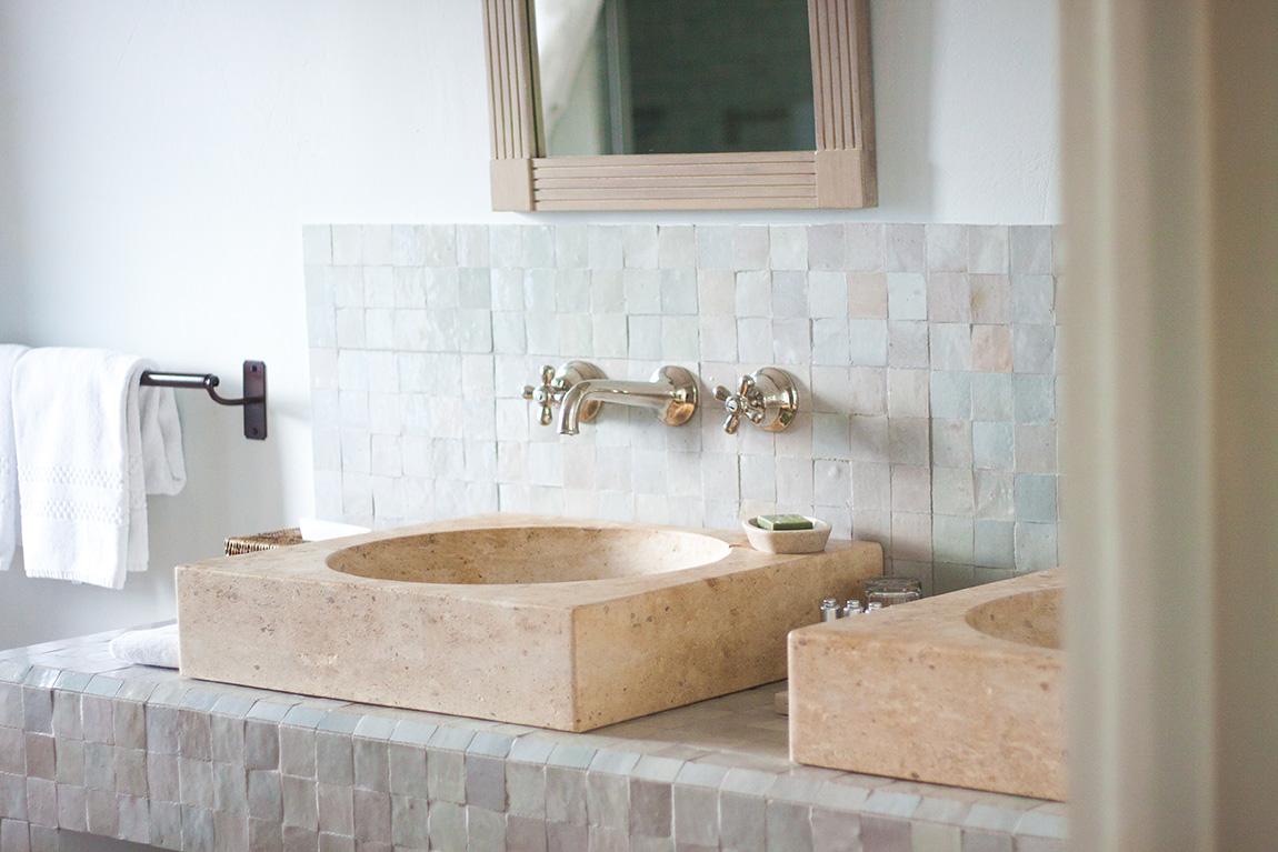 Relais château hôtel Crillon le Brave en provence dans le sud de la france. Week-end luxe et détente. Blog lifestyle voyage mode - salle de bain avec baignoire vintage retro