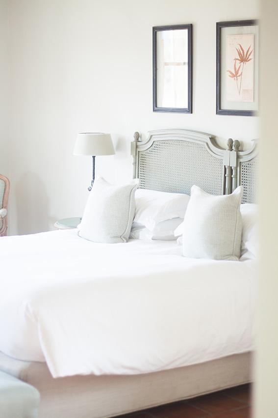 Relais château hôtel Crillon le Brave en provence dans le sud de la france. Week-end luxe et détente. Blog lifestyle voyage mode - lit chambre d'hôtel