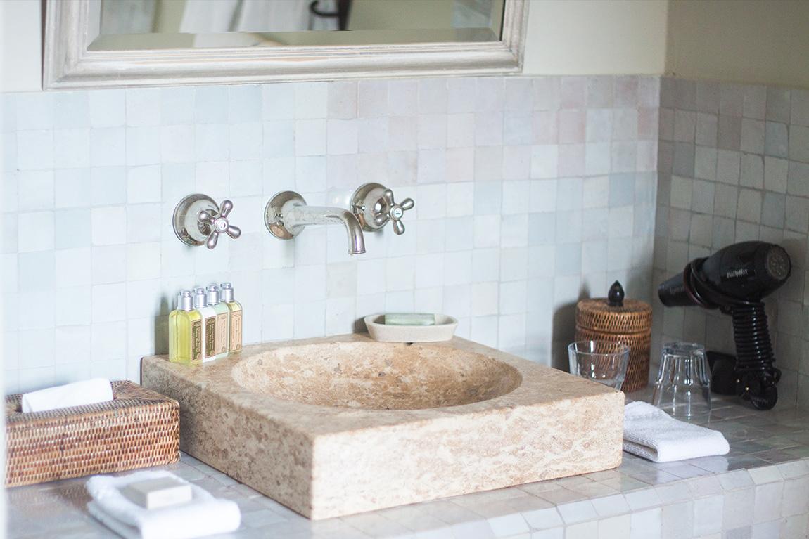 Relais château hôtel Crillon le Brave en provence dans le sud de la france. Week-end luxe et détente. Blog lifestyle voyage mode - salle de bain produits L'occitane