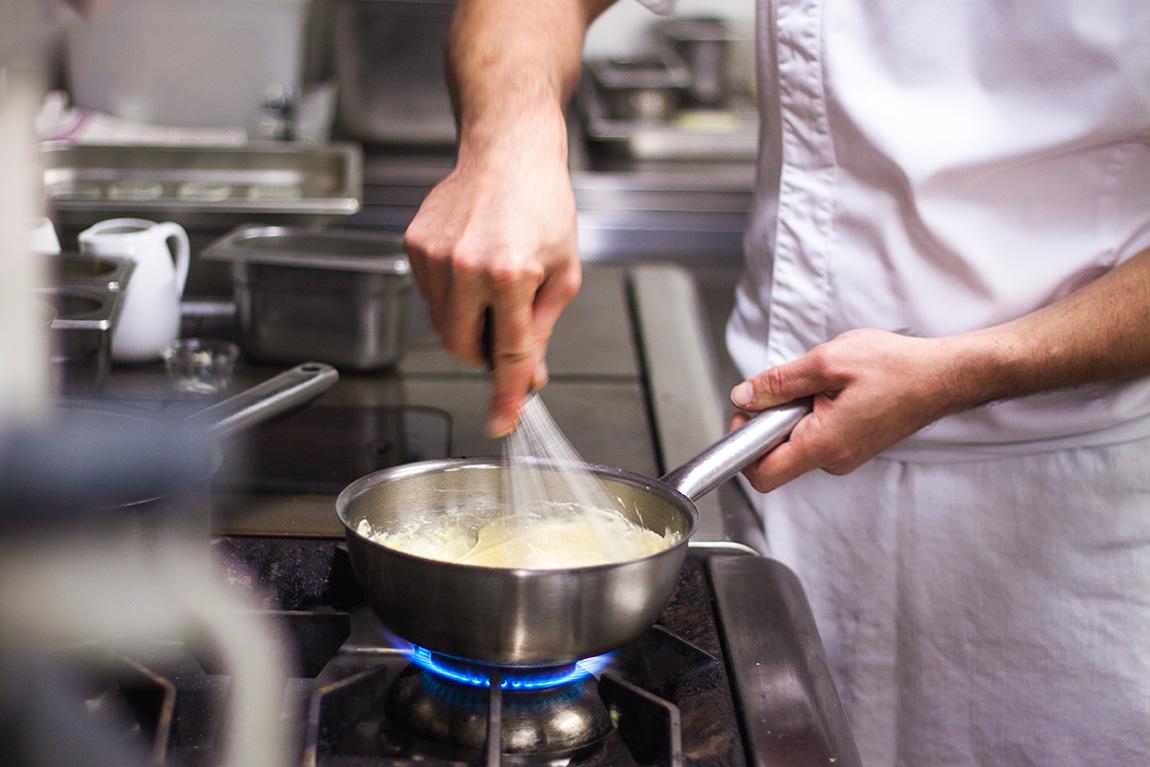 Jérôme Blanchet, Le chef du restaurant gastronomique du relais château Crillon le brave. Préparation d'un soufflé au fromage aux truffes