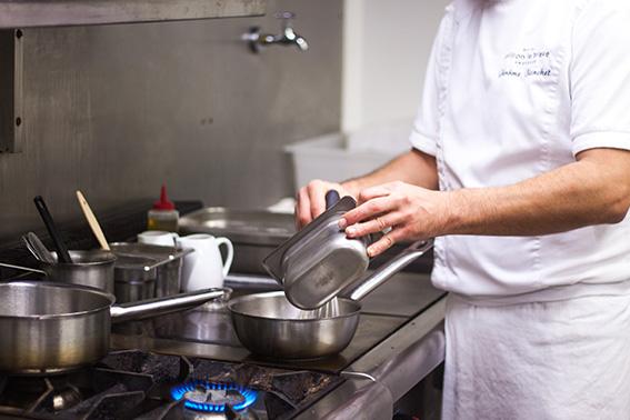 Jérôme Blanchet, Le chef du restaurant gastronomique du relais château Crillon le brave. Préparation risotto de coquillettes aux truffes.