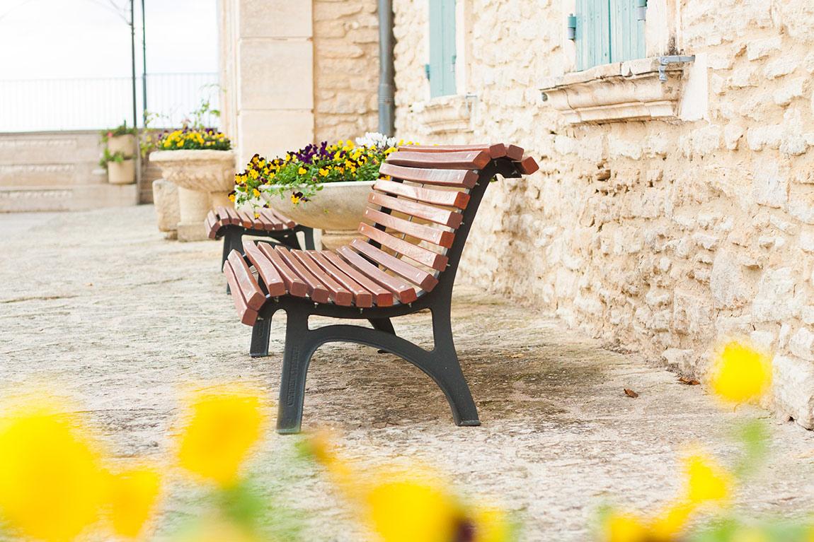 Banc avec des murs en pierre - Relais château hôtel Crillon le Brave en provence dans le sud de la france. Week-end luxe et détente. Blog lifestyle voyage mode