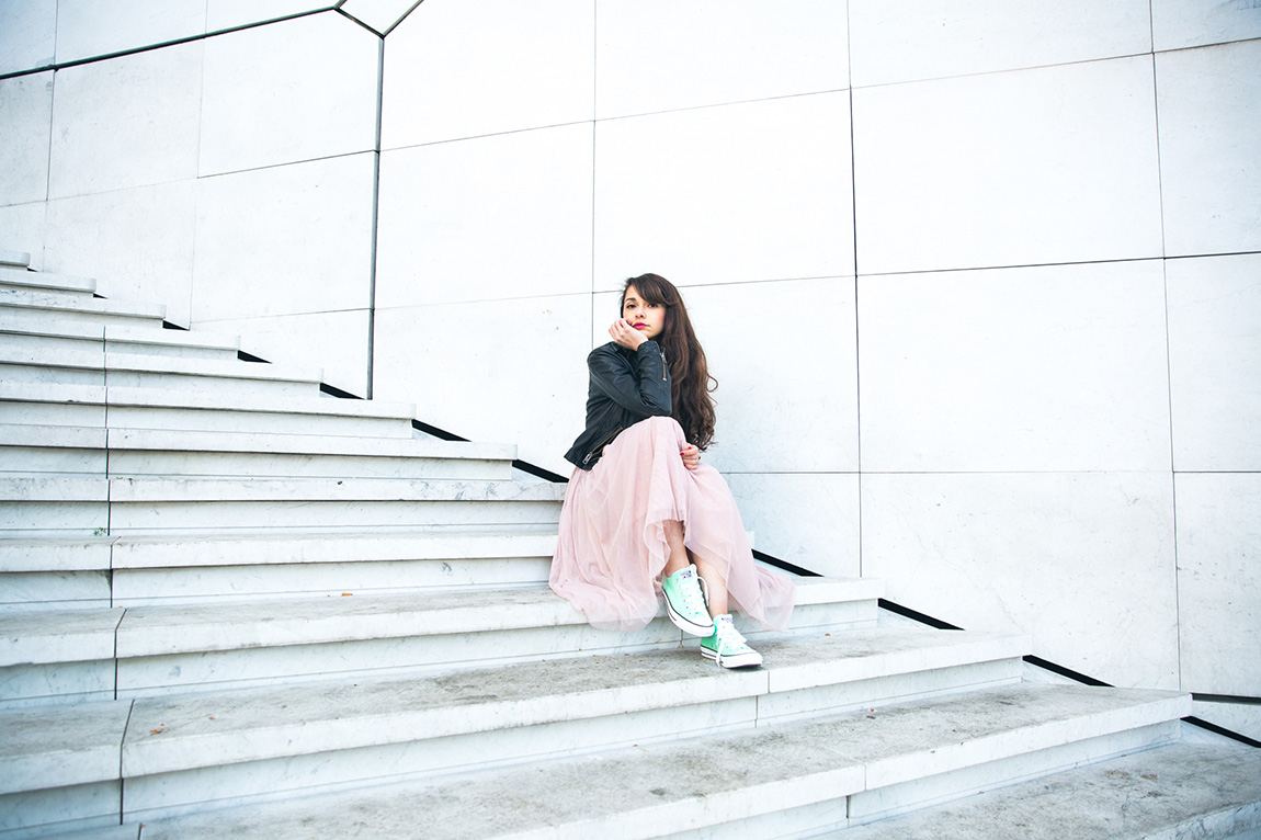 Shooting blog mode Dollyjessy - shooting professionnel marques - Jupe princesse tutu rose pastel 123 converses mint , perfecto grunge princesse dans la ville - french fashion blog professional - Shooting Paris La défense