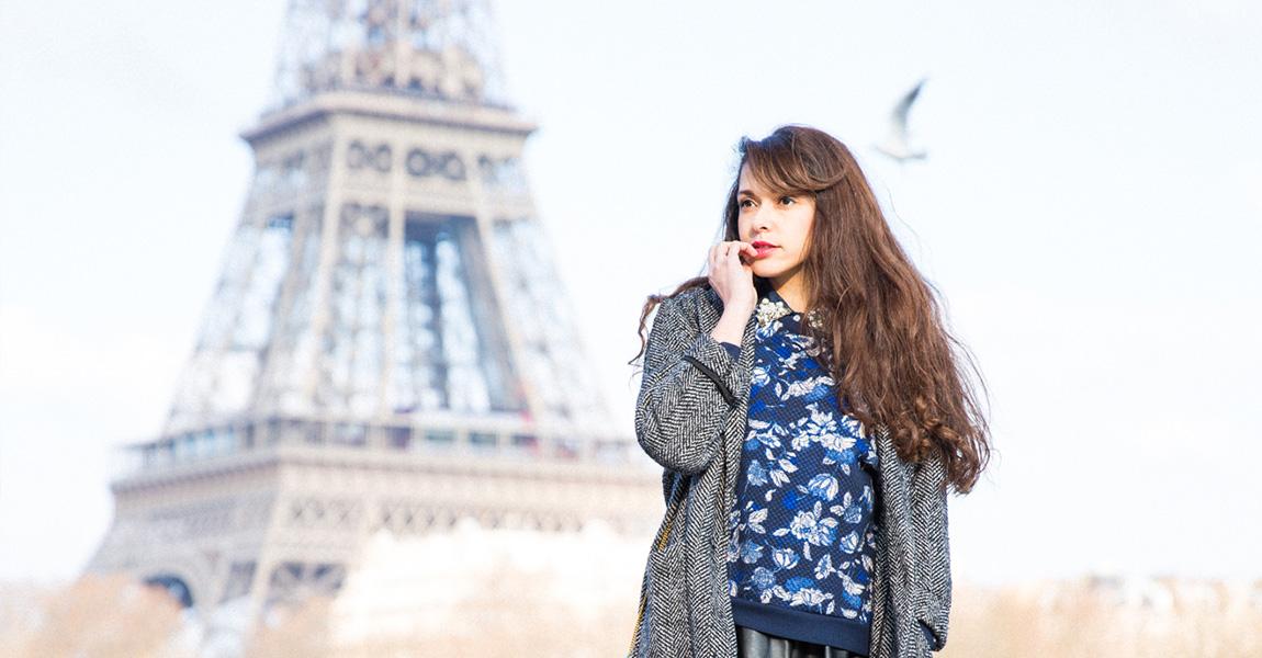 Blogueuse mode paris Tour Eiffel Look féminin baskets Airmax, pull fleuri, jupe patineuse en cuir, pochette 1951 bleu lagon pastel - French fashion blog from Paris Eiffel Tower - Fashion Blog Mode