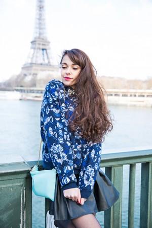 Blogueuse mode paris Tour Eiffel Look féminin baskets Airmax, pull fleuri, jupe patineuse en cuir, pochette 1951 bleu lagon pastel - French fashion blog from Paris Eiffel Tower