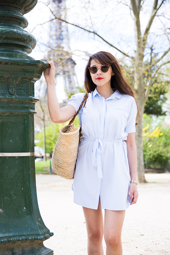Shooting Paris Tour Eiffel Blog mode : robe chemise bleu clair Asap, lunettes vintage, grand panier, tennis - French fashion blog  - shooting professionnel blogueuse mode