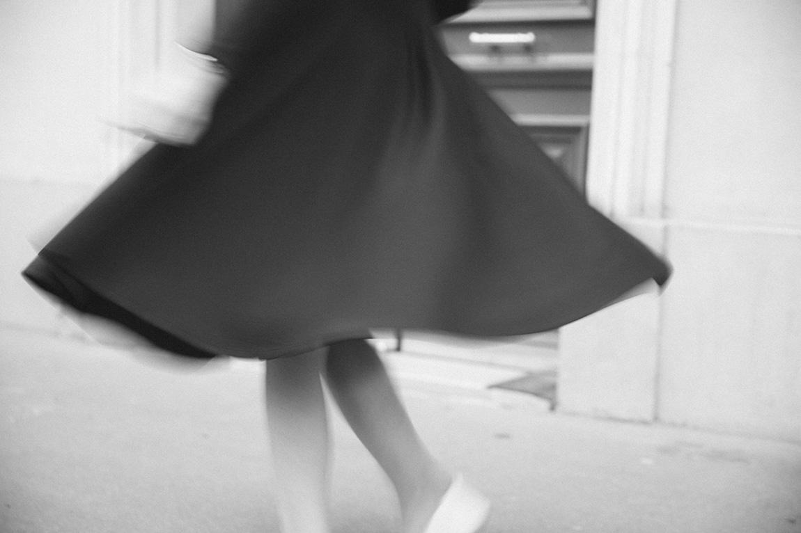 Blog mode français Dollyjessy - French fashion blog - Look jupe midi noire, crop top, haut court, sac à main rose, rouge à lèvre rose flashy Maybelline, tennis blanches H&M - rue de paris porte bleue