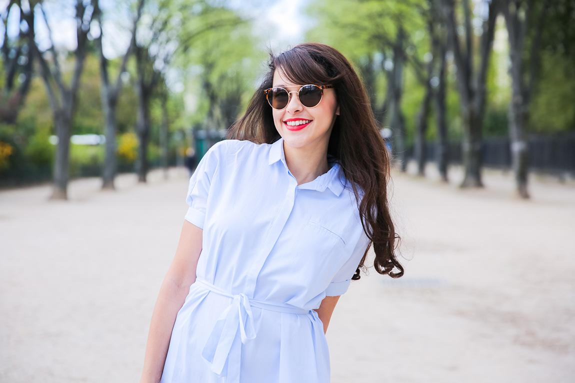 Shooting Paris Tour Eiffel Blog mode : robe chemise bleu clair Asap, lunettes vintage, grand panier, tennis - French fashion blog - shooting professionnel blogueuse mode