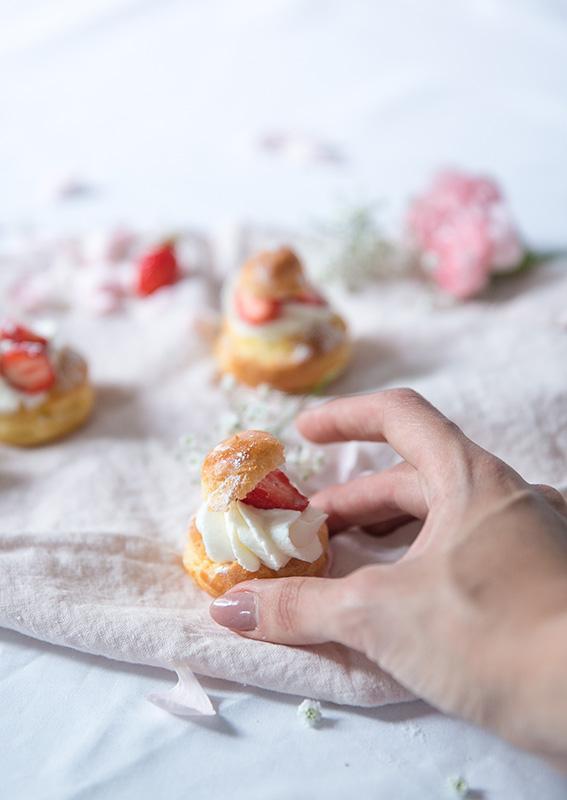 Recette des profiteroles façon cheesecake aux fraises, cream cheese ou mascarpone, profiteroles à la fraise, petits choux à la fraise. Recette blog cuisine mode Dollyjessy