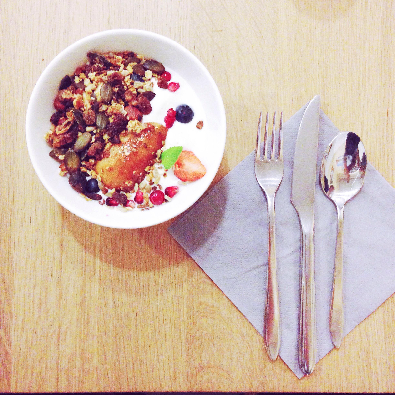 granola maison avec fromage blanc et poire pochée - brunch paris coutume café 7° arrondissement paris