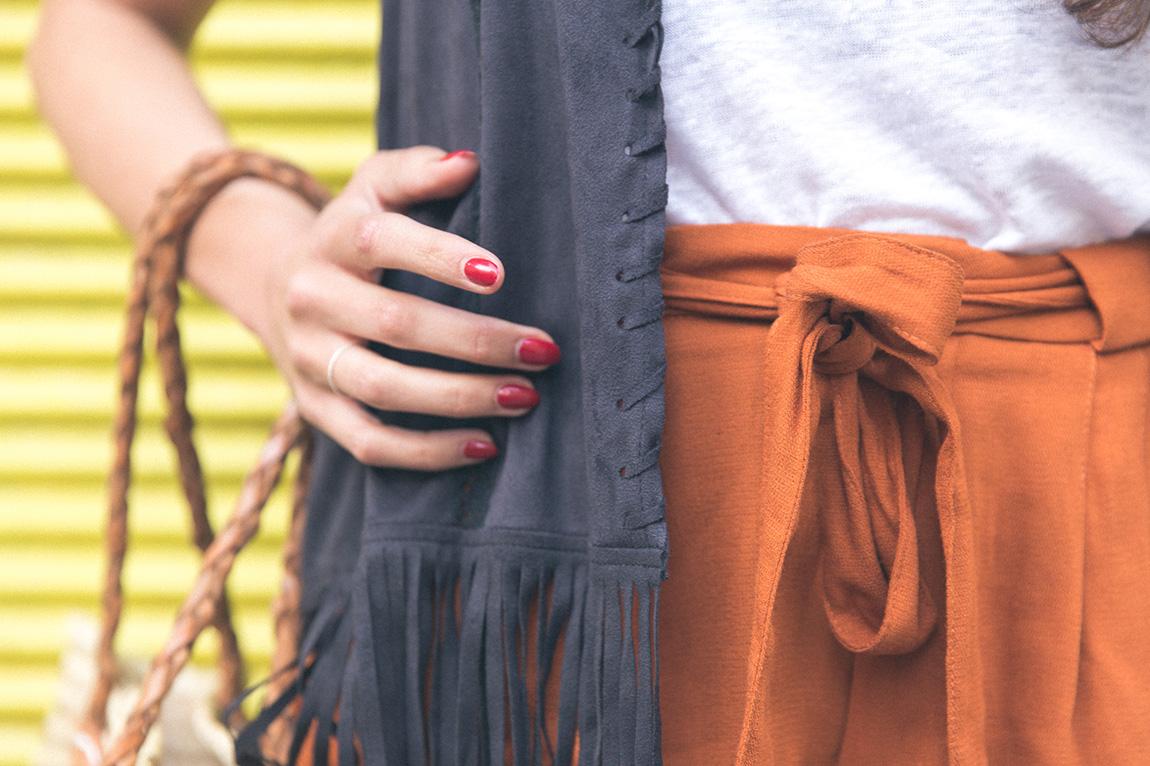 Look d'été tendance indien bohème daim. Gillet en daim à franges Zara, short Zara et débardeur Zara. Panier en osier, chaussures New Look compensées à brides - blog mode dollyjessy - french fashion blog